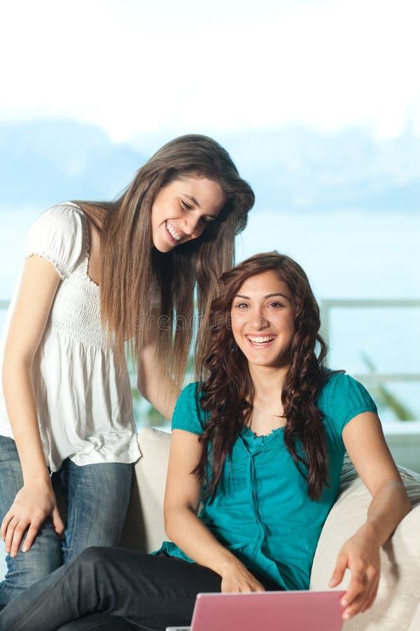 Download Mulheres Novas Felizes Com Netbook Foto de Stock - Imagem de adulto, feriado: 12806796