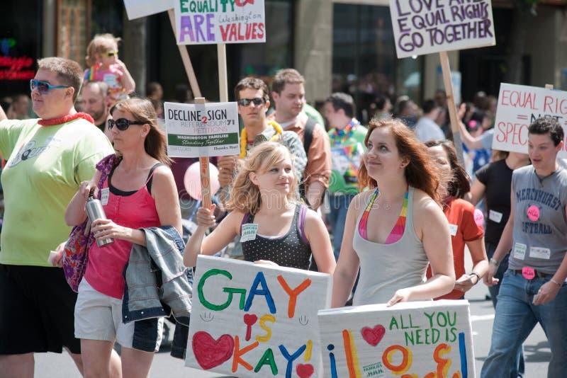 Mulheres novas na parada alegre do orgulho de Seattle fotografia de stock royalty free