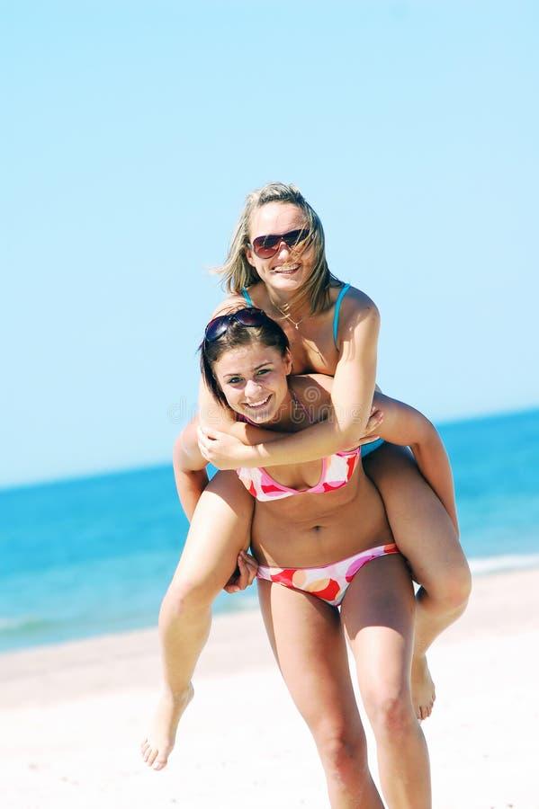 Mulheres novas na praia do verão imagem de stock royalty free