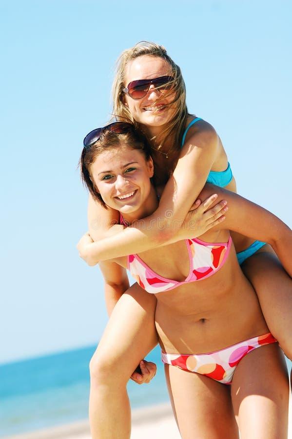 Mulheres novas na praia do verão fotografia de stock