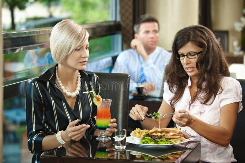 Mulheres novas no restaurante imagem de stock