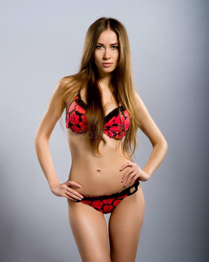 Mulheres novas perfeitas no swimsuit vermelho imagem de stock royalty free