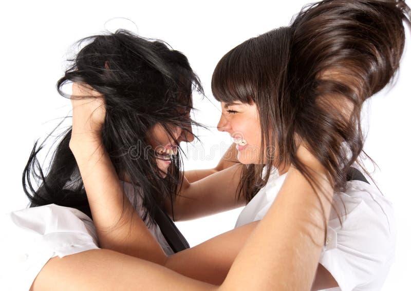 Mulheres novas que agitam o retrato do cabelo foto de stock