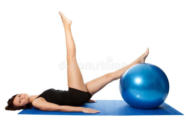 Mulheres novas que fazem pilates na esfera da aptidão fotografia de stock