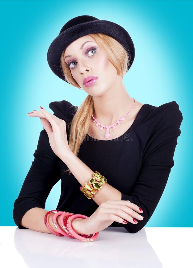 Mulheres novas que jogam uma boneca fotografia de stock royalty free