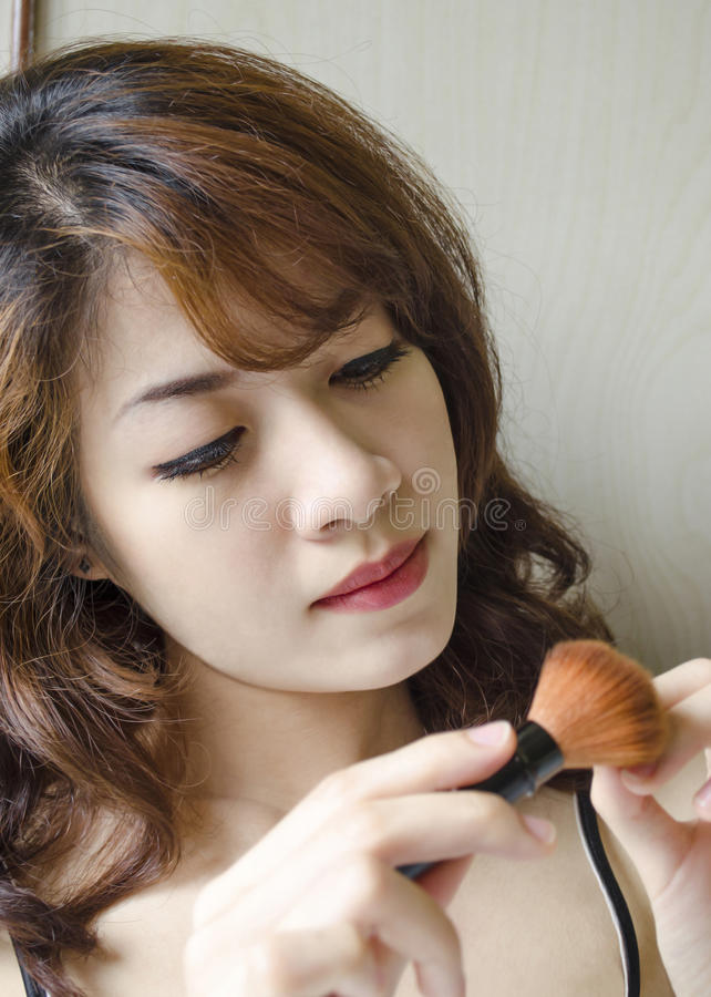 Mulheres novas que olham a escova do pó imagens de stock