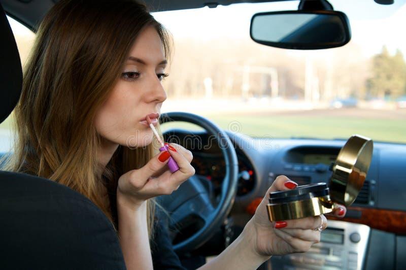Mulheres novas que preparam sua composição no carro foto de stock royalty free
