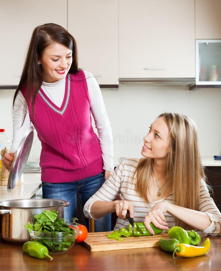Mulheres ocasionais que cozinham o alimento foto de stock royalty free
