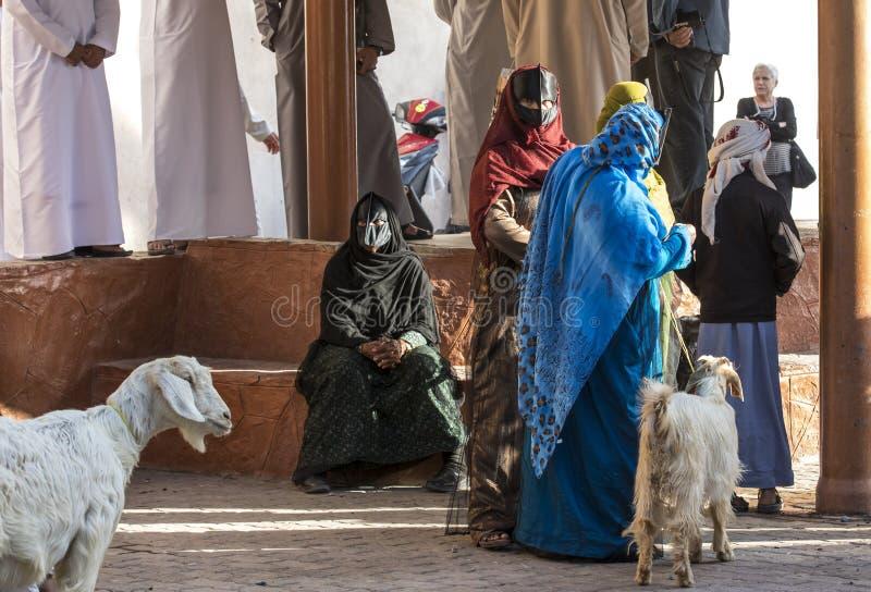 Mulheres omanenses em um mercado da cabra imagens de stock royalty free