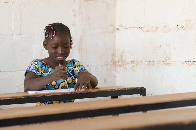 Mulheres para África - menina bonito africana pequena na escola com branco foto de stock royalty free