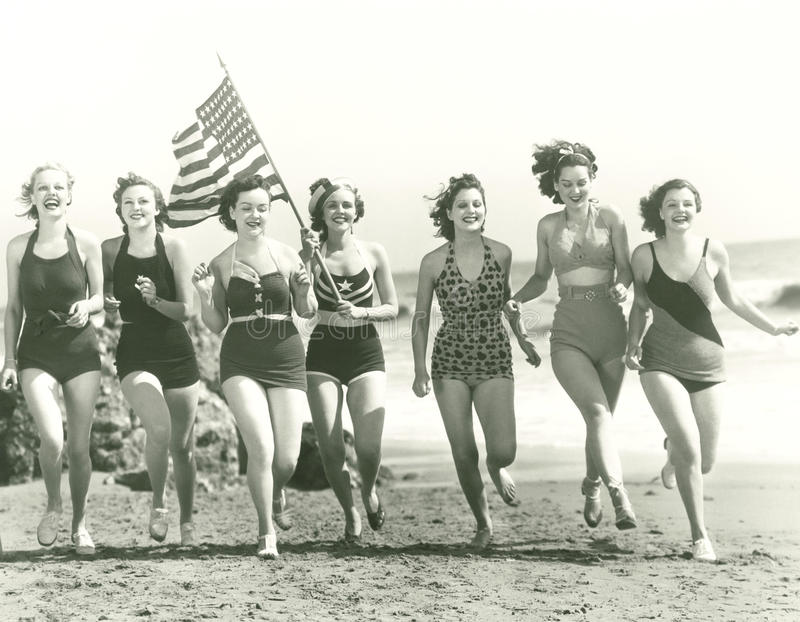 Mulheres patrióticas na praia