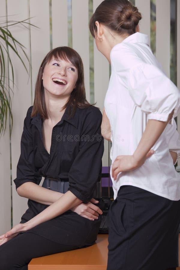 Mulheres pela conversação no escritório foto de stock