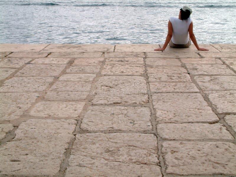 Mulheres pelo mar imagens de stock royalty free