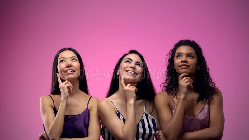 Mulheres pensativas multirraciais que pensam sobre os noivos, sonhando sobre o relacionamento imagens de stock royalty free