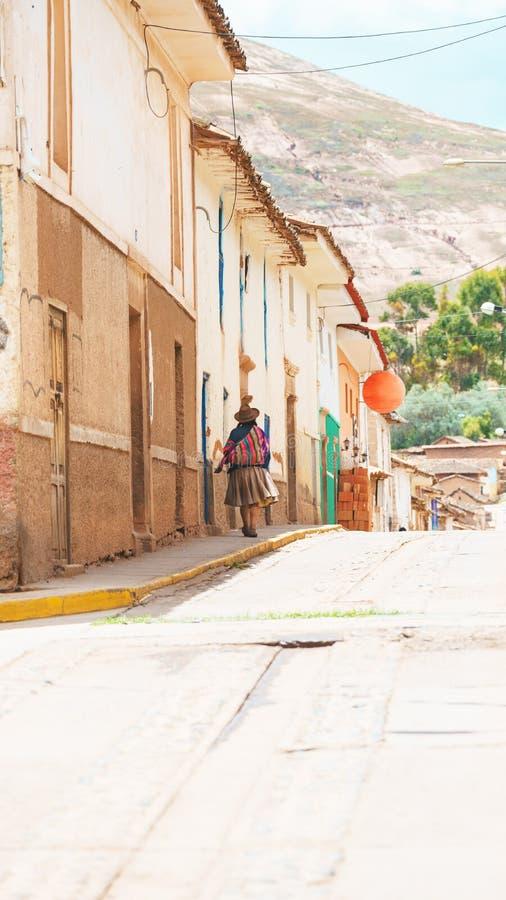 Mulheres peruanas tradicionais na rua Maras, Cusco, Peru imagens de stock royalty free