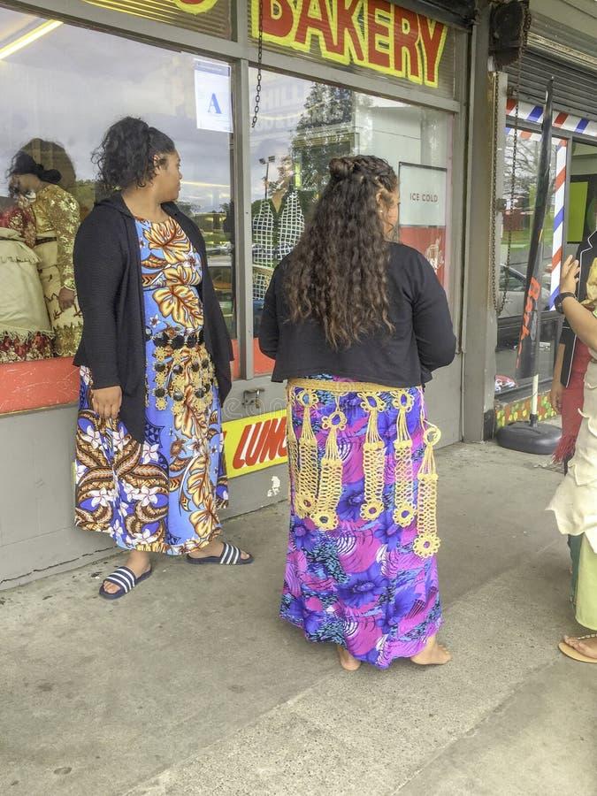 Mulheres polinésias na frente das lojas foto de stock royalty free