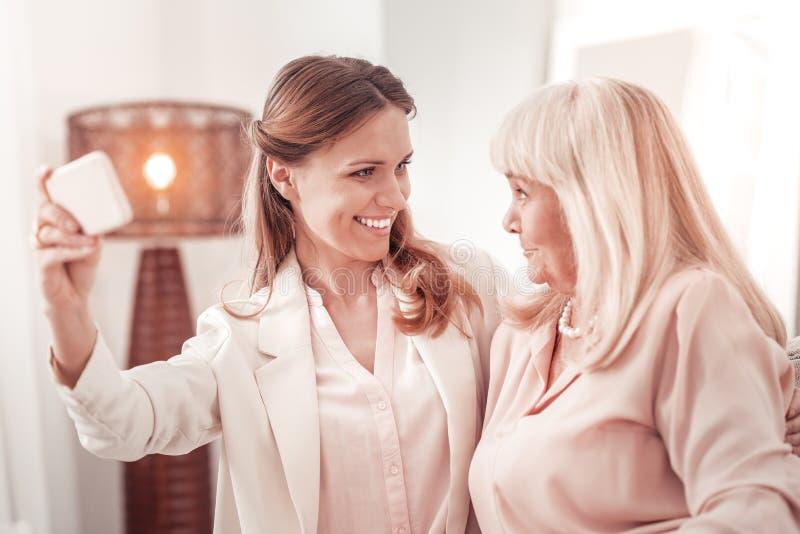 Mulheres positivas de surpresa que levantam à câmera imagens de stock royalty free