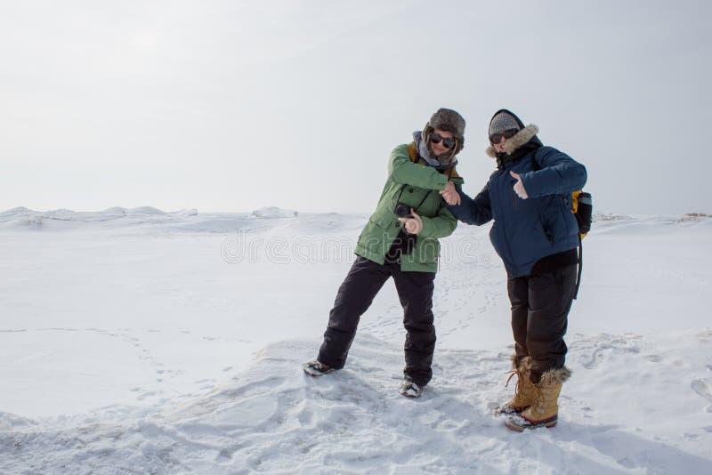 Mulheres que agitam as mãos na paisagem congelada imagens de stock royalty free