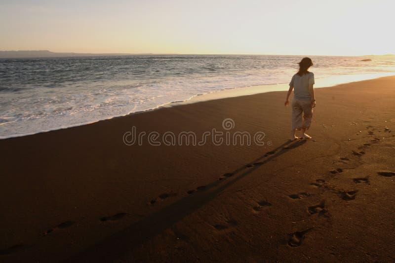 Mulheres que andam ao longo da praia fotografia de stock royalty free