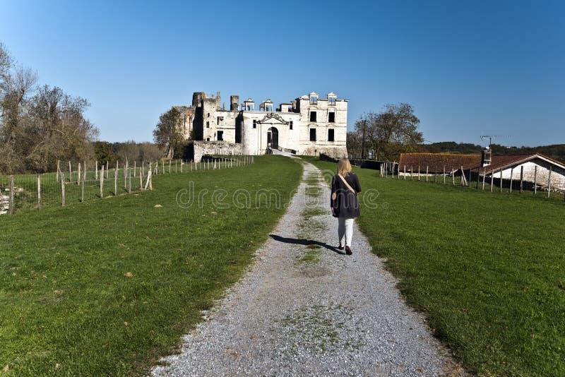 Mulheres que andam para ruínas do castelo de Bidache imagens de stock royalty free