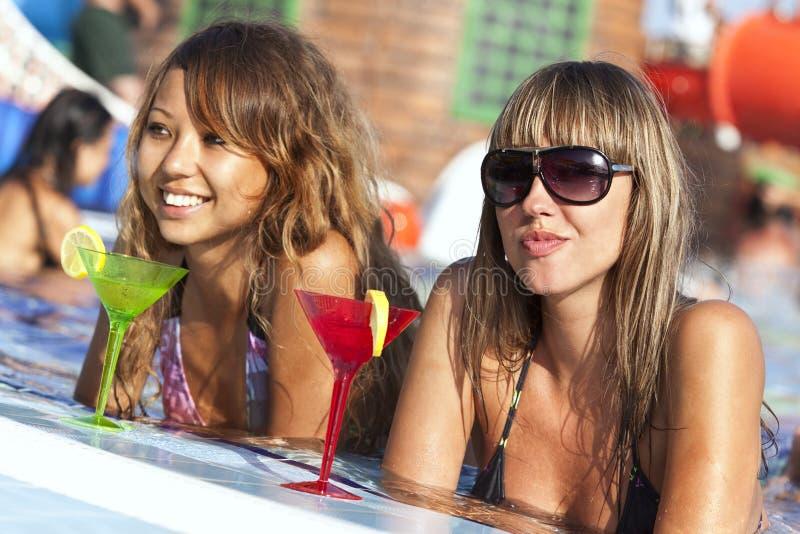 Mulheres que apreciam na piscina foto de stock royalty free