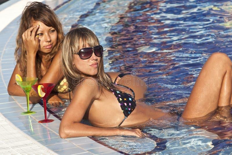 Mulheres que apreciam na piscina fotografia de stock royalty free