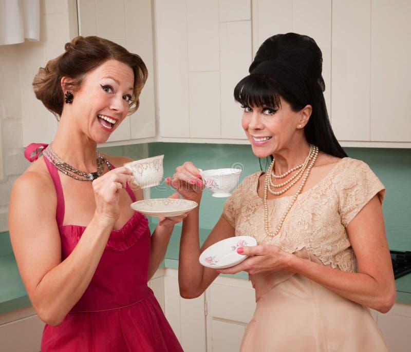 Mulheres que apreciam o café fotos de stock royalty free