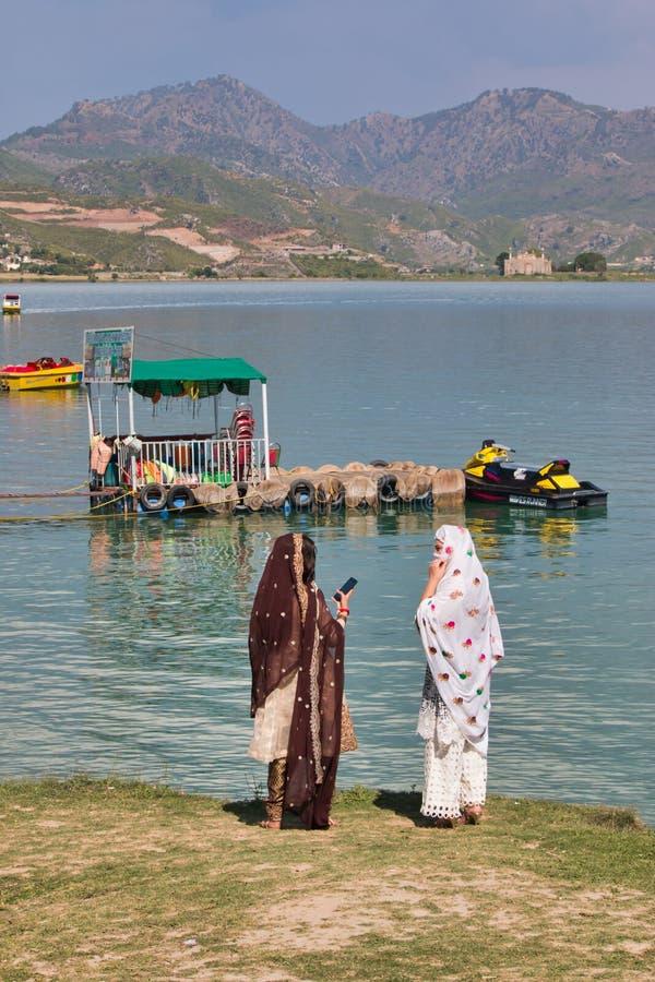 Mulheres que apreciam a vista do lago fotografia de stock royalty free