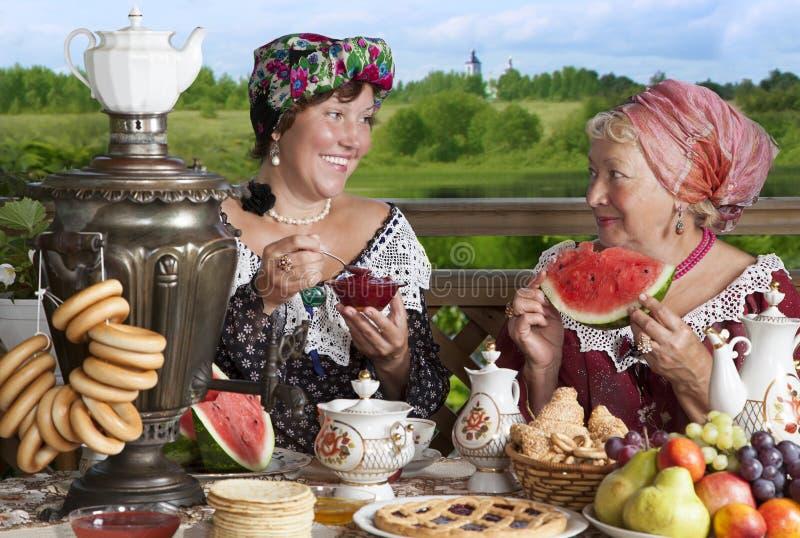 Mulheres que bebem o chá foto de stock royalty free