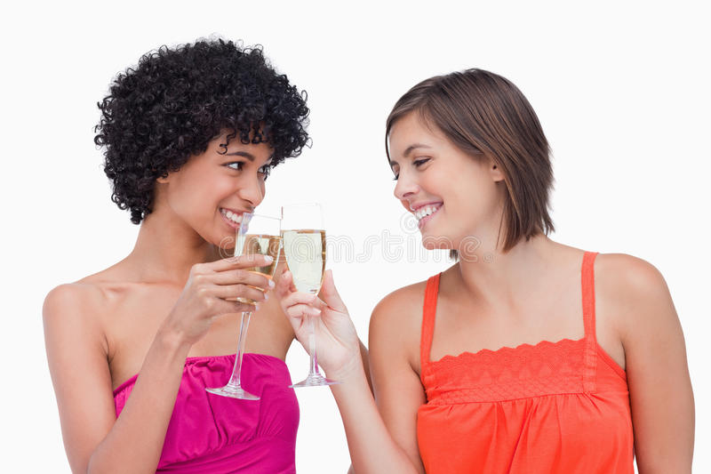 Mulheres que clinking vidros do champanhe imagens de stock royalty free