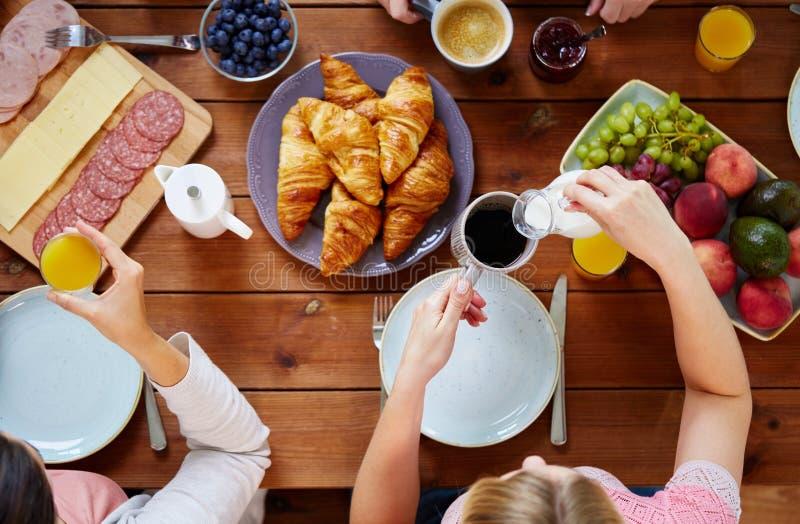 Mulheres que comem o café da manhã na tabela foto de stock royalty free