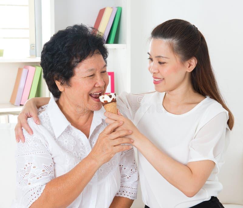 Mulheres que comem o cone de gelado imagens de stock royalty free