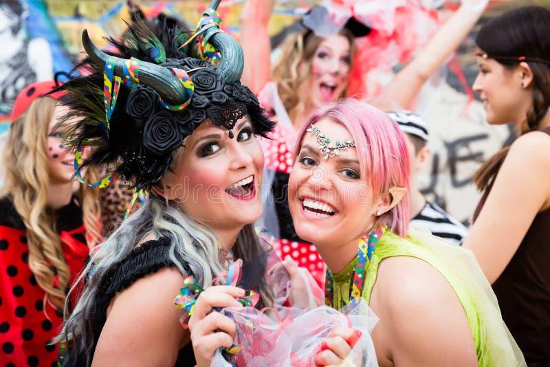 Mulheres que comemoram o carnaval alemão de Fasching em trajes 'sexy' foto de stock