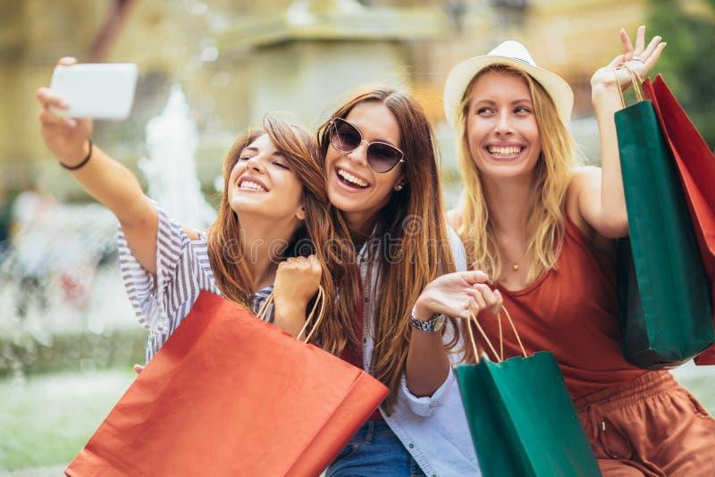 Mulheres que compram junto e para fazer a foto do selfie foto de stock