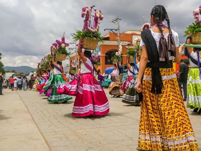 Mulheres que dançam em Guelaguetza em Ocotlan de Morelos, Oaxaca fotografia de stock