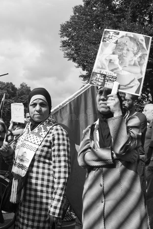 Mulheres que demonstram contra a ocupação israelita imagem de stock royalty free