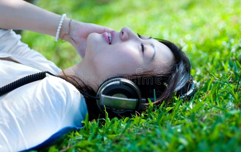 Mulheres que escutam a música fotos de stock royalty free