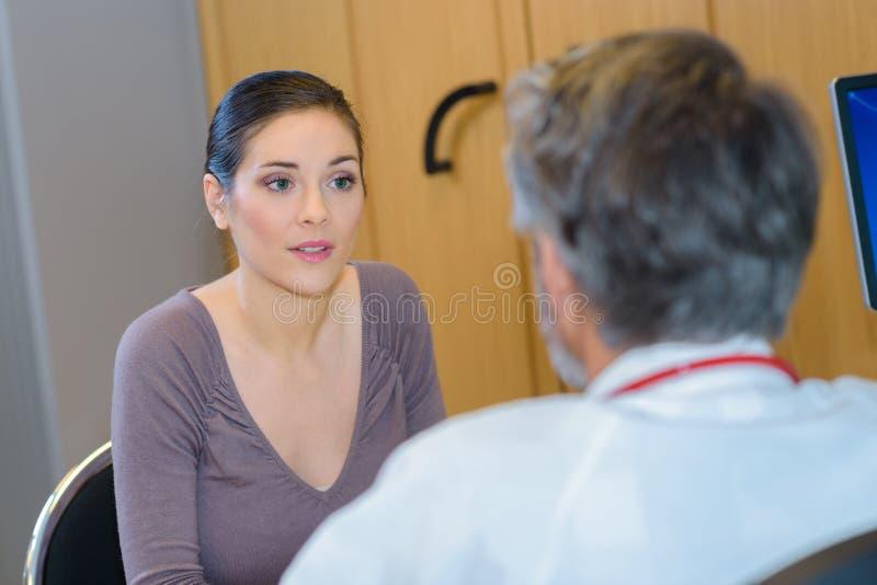 Mulheres que escutam o diagnóstico do doutor imagens de stock