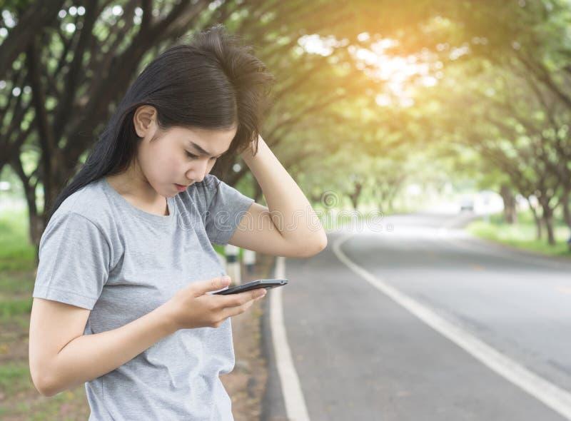Mulheres que estão sendo forçadas após para não conectar à rede fotos de stock royalty free
