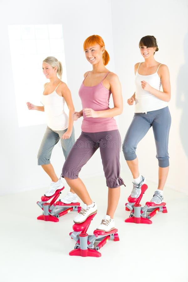 Mulheres que exercitam na máquina do piso fotografia de stock royalty free