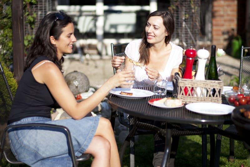 Mulheres que falam no jardim fotografia de stock