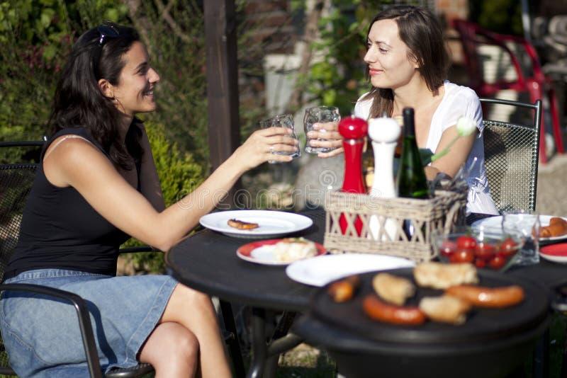 Mulheres que falam no jardim foto de stock