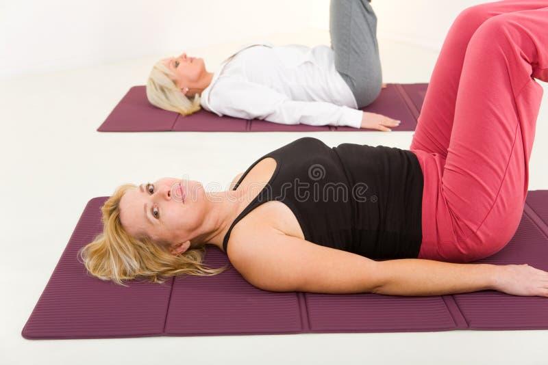 Mulheres que fazem exercices na esteira fotos de stock royalty free