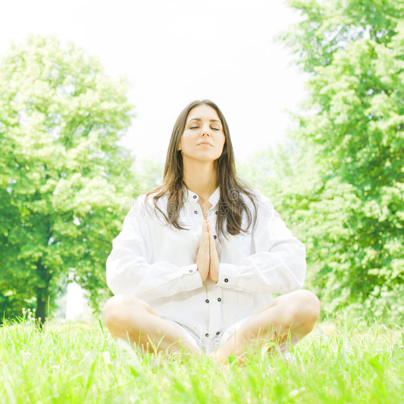 Mulheres que fazem a ioga imagens de stock