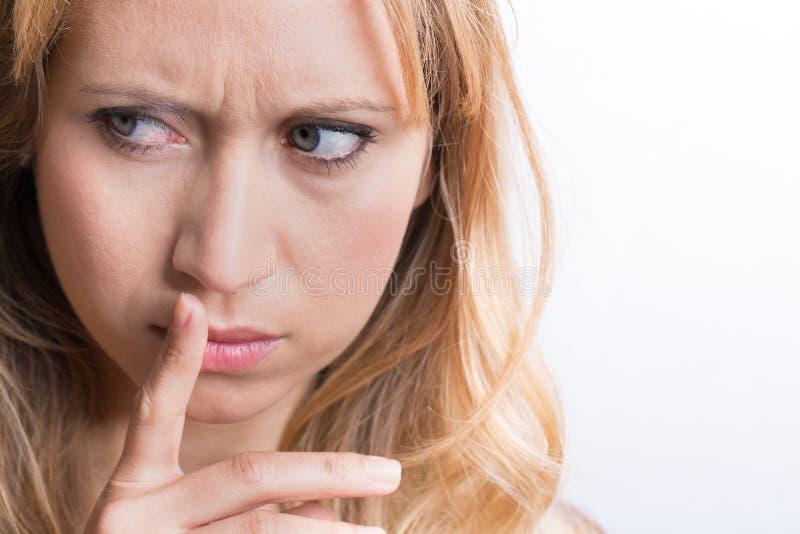 Mulheres que guardam os bordos com seu dedo imagens de stock