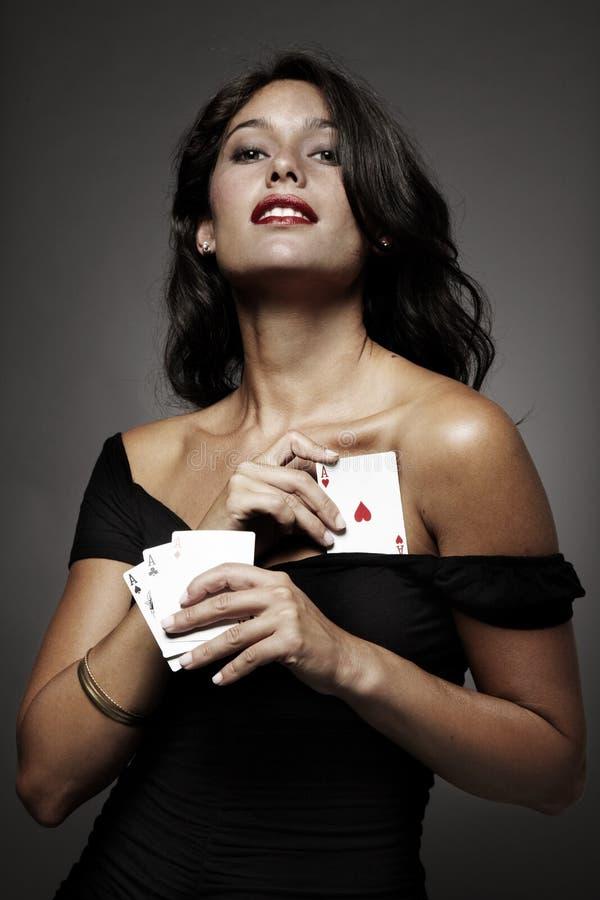 Mulheres que jogam o póquer, escondendo um ás acima de sua luva imagem de stock
