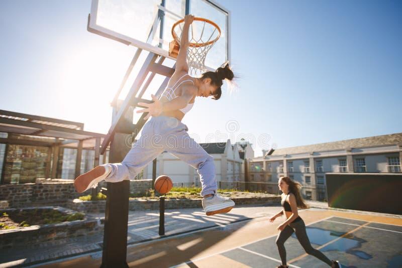 Mulheres que jogam um streetball fotografia de stock royalty free