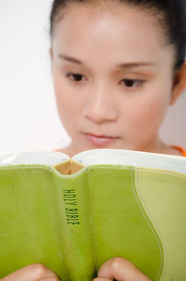 Mulheres que lêem a Bíblia fotos de stock royalty free