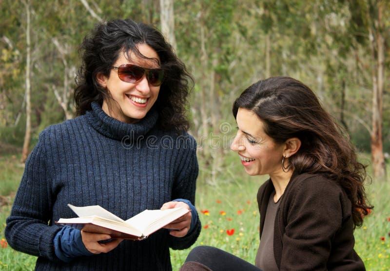 Download Mulheres que lêem um livro imagem de stock. Imagem de inteligência - 12810231