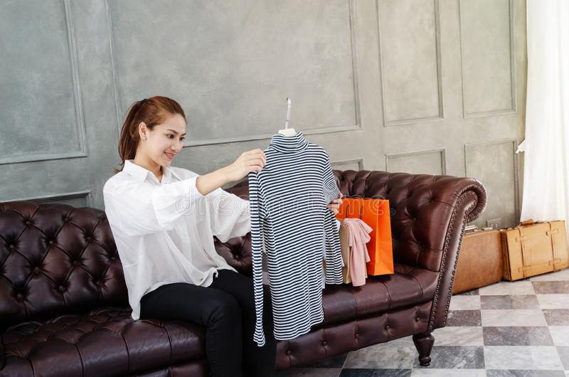 Mulheres que levam os sacos de compras alaranjados felizes imagens de stock
